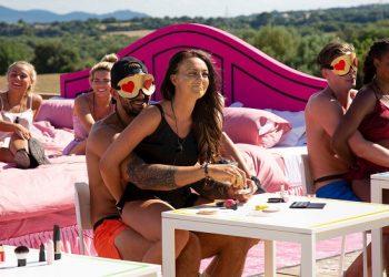 """FOTO: Britanski reality """"Love Island"""", na manje popularnom TV kanalu, privlači dnevno tri miliona gledalaca. Učesnici se uparuju i treba da prođu razne testove. (ITV, via Shutterstock)"""
