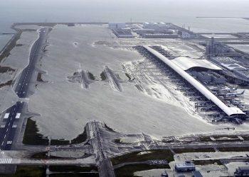 FOTO: Aerodrom Kansai, koji opslužuje Osaku, Kyoto i Kobe, bio je poplavljen poslije naleta tajfuna u Japanu. (Kentaro Ikushima/Mainichi Newspaper, via AP)
