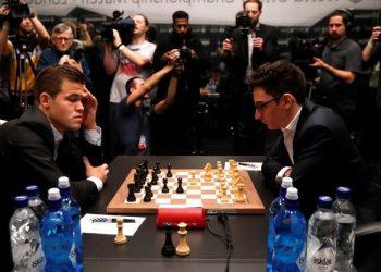 FOTO: Carlsen, Caruana (PAUL CHILDS/REUTERS)