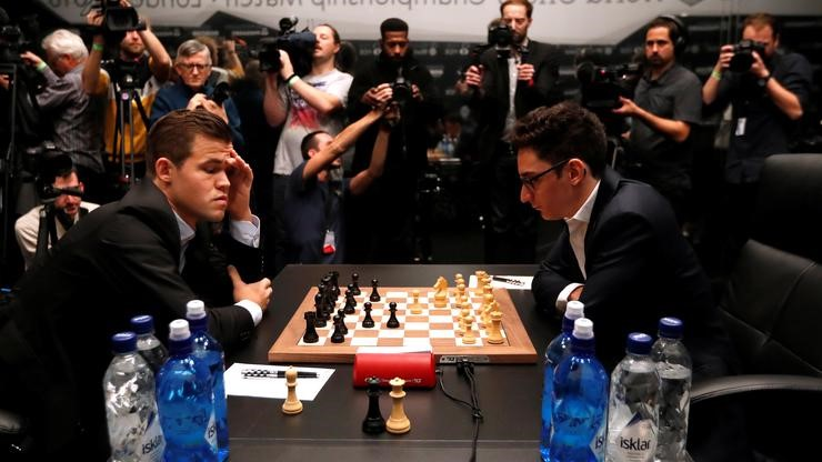 FOTO: Carlsen, Caruana (PAUL CHILDS/REUTERS)