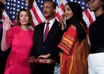 FOTO: Ilhan Omar polaže zakletvu u Kongresu na Kur'an (JOSHUA ROBERTS/REUTERS/PIXSELL)