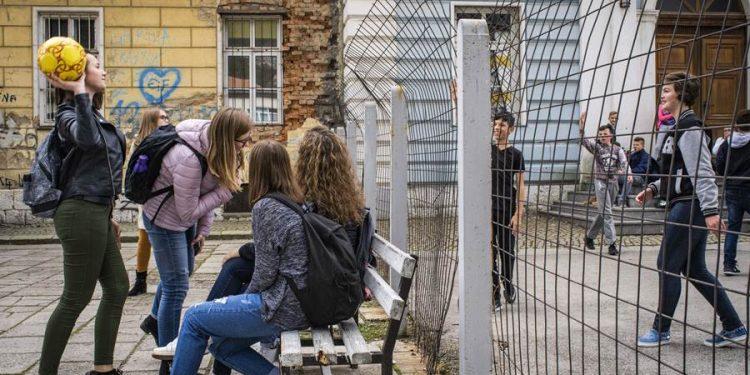 FOTO: U školi u Travniku, ograda razdvaja hrvatske đake od bosanskih muslimana (Laura Bushnak/NYT)