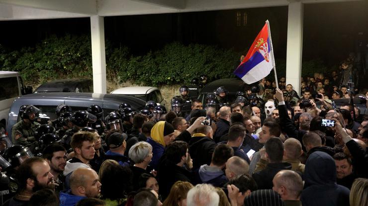 FOTO: Upad demonstranata na RTS (DJORDJE KOJADINOVIC/REUTERS/PIXSELL)