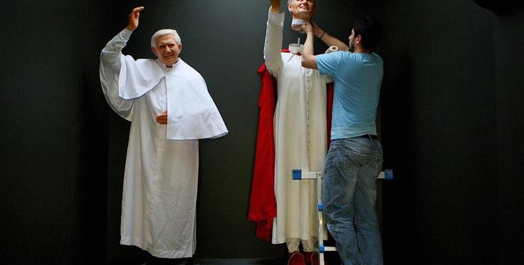 FOTO: Papa Ivan Pavao II. i Benedikt XVI, voštane figure (JULIEN BEHAL/PRESS ASSOCIATION/PIXSELL)