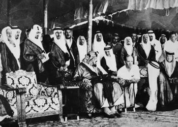 FOTO: Osnivač Saudijske Arabije, kralj Ibn Saud (u sredini) razgovara sa N. Devinsom (treći s desna), generalnim menadžerom 'Aramca', tokom ceremonije otvaranja vozne linije Rijad-Dammam u oktobru 1951. U Rijadu (AFP)